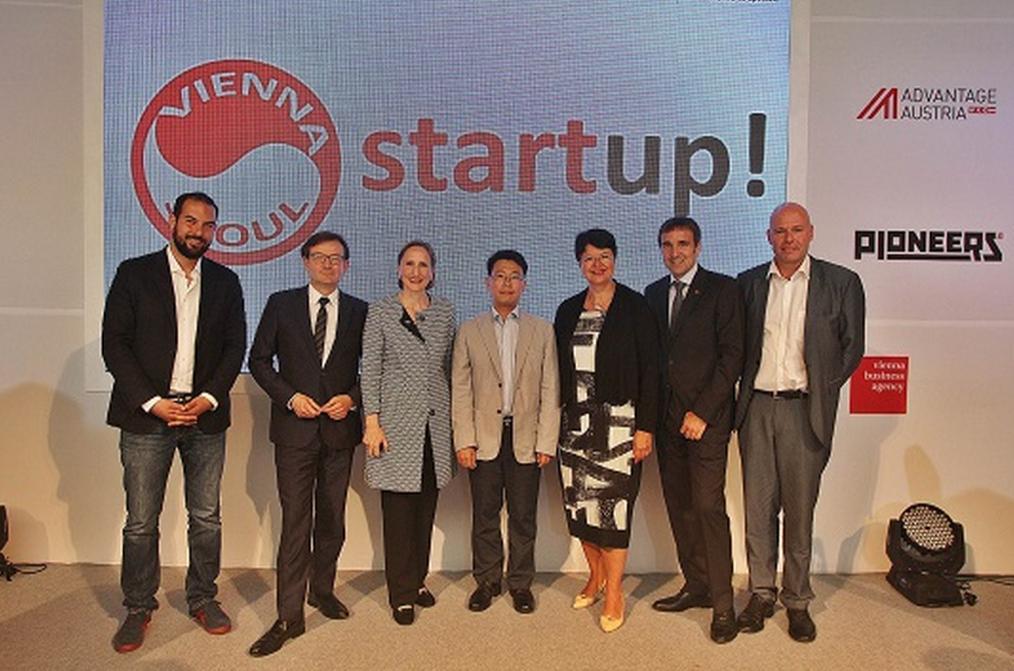 왼쪽부터 파이오니어스(Pioneers) CEO인 안드레아 챠스(Andreas Tschas), 비엔나 비즈니스 에이전시의 전무이사 게르하르트 히르치(Gerhard Herczi), 주한 오스트리아 대사 엘리자벳 베르타뇰리, 스타트업 얼라이언스 임정욱 센터장, 비엔나 부시장 겸 부주지사인 레나테 브라우너(Renate Brauner), 오스트리아 대사관 무역대표부 상무참사관 미하엘 오터(Michael Otter), 비엔나 시 행정국의 안드레아스 라우너(Andreas Launer)